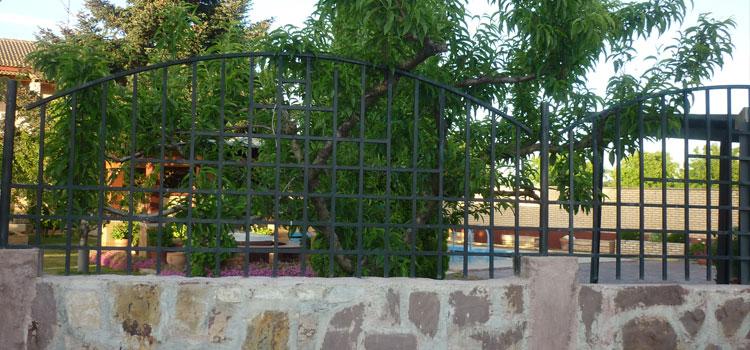 Cerramientos en hierro chimeneas carlos renedo somos for Chalets en la finca